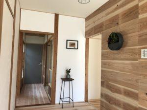 豊田市の平屋建てリノベーション 無垢材を使ったおしゃれな廊下と壁