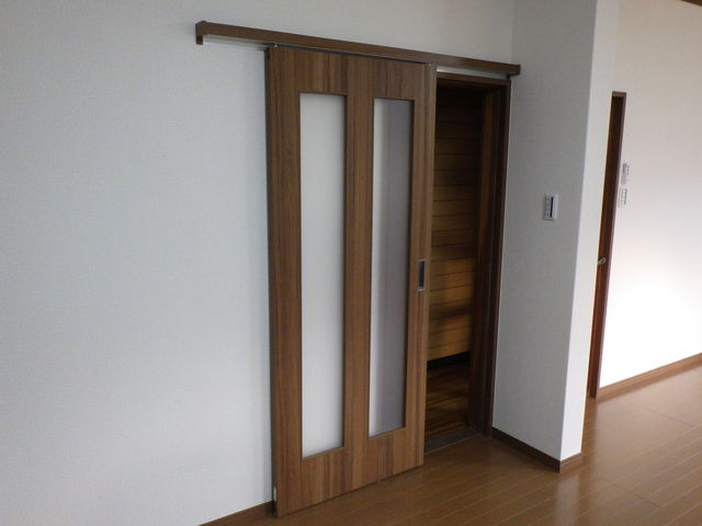 洋室入口 開戸から引き戸へリフォーム