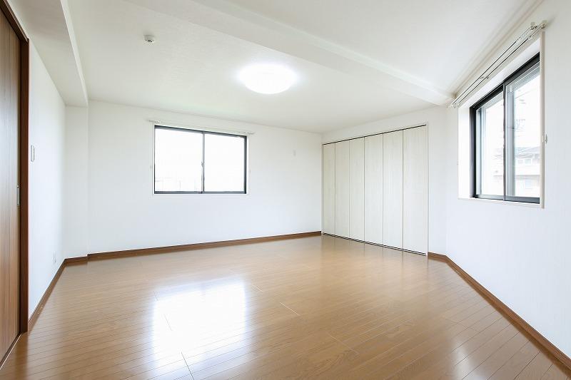 2階洋室、手前にもう一つ、2ヶ所のクローゼットを設けました