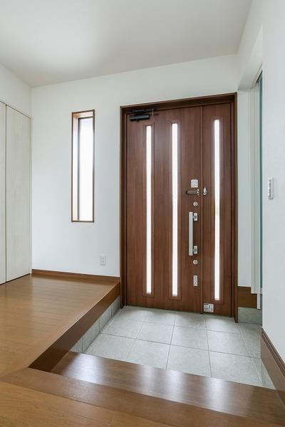 ホール 土間部分を広く、明るく、玄関収納にも直接入れます