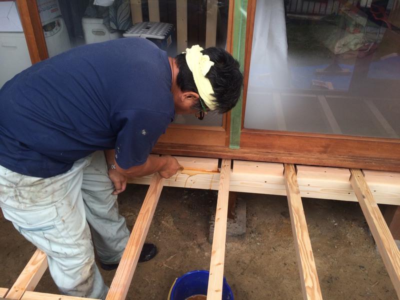 下地工事完了後、写真はシロアリ予防の薬剤塗布作業中
