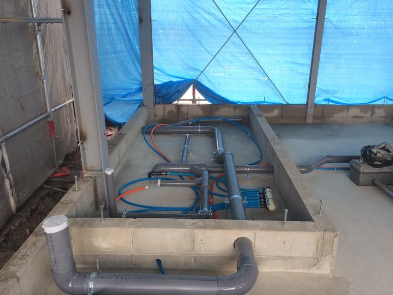 基礎工事完了後、給水、給湯、排水の先行工事を行います。配管は全て新規配管施工