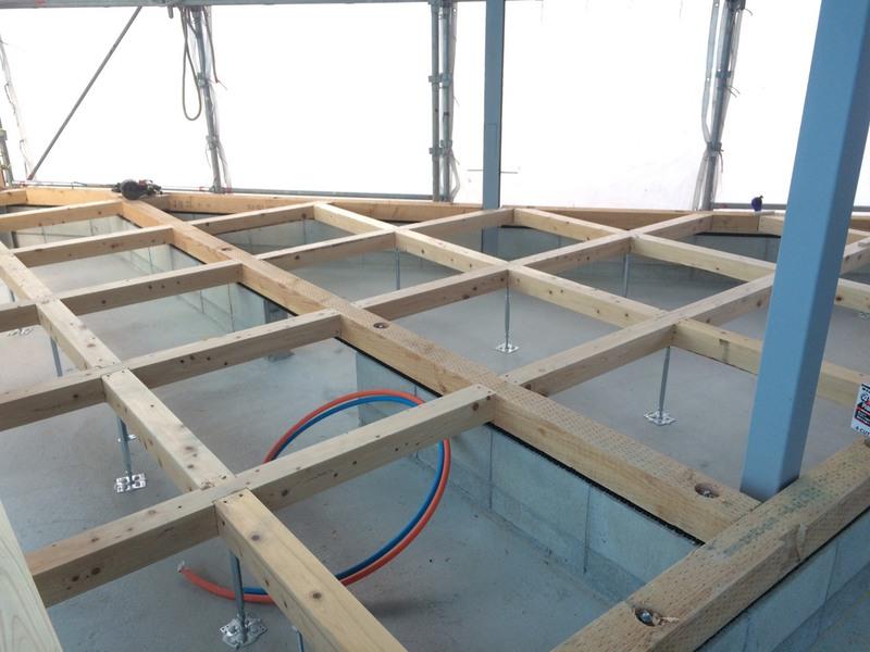 1階床下地工事、大引きの間に床下断熱工事施工後、下地合板張りに移ります。