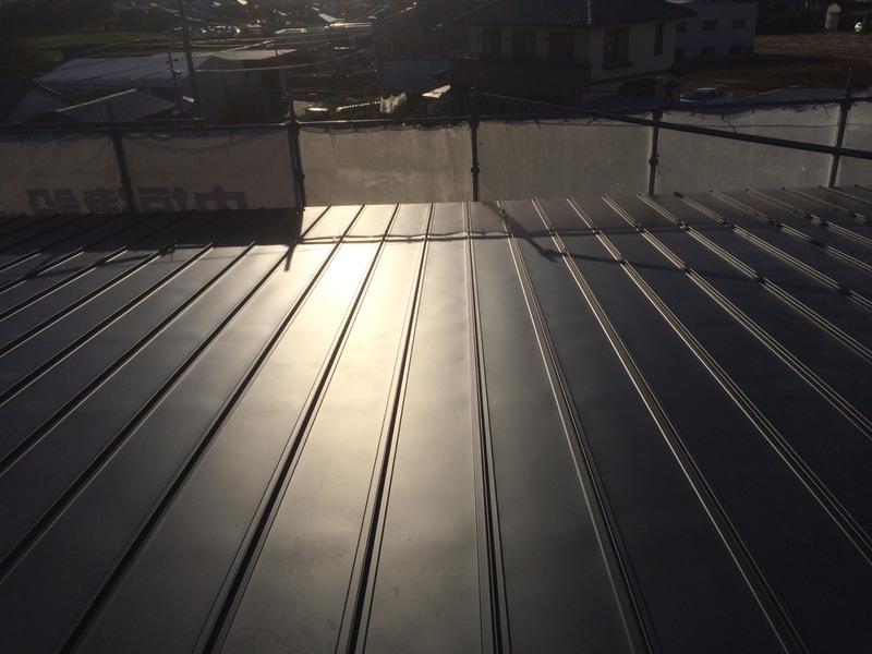 既設の屋根は陸屋根で雨漏りしていたので、心木無しのカラー鉄板葺きで安心です。