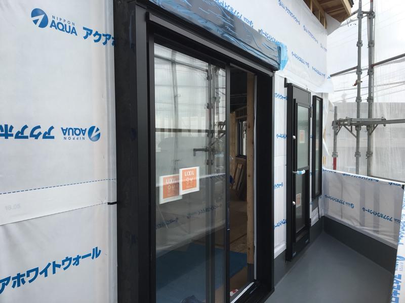 外部サッシ取付、防水シート張り後、換気扇窓周りは気密テープ張り