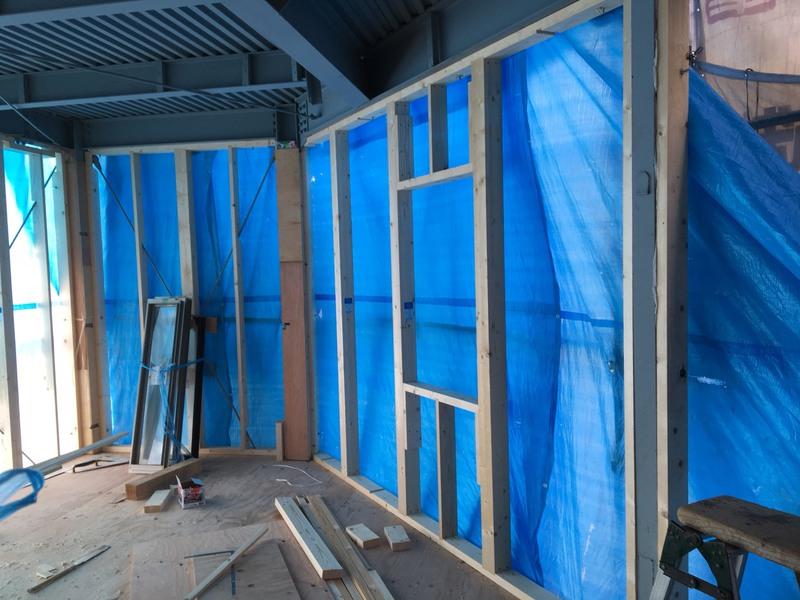 内部外壁面の壁下地造作、完了後はサッシの取付になります。