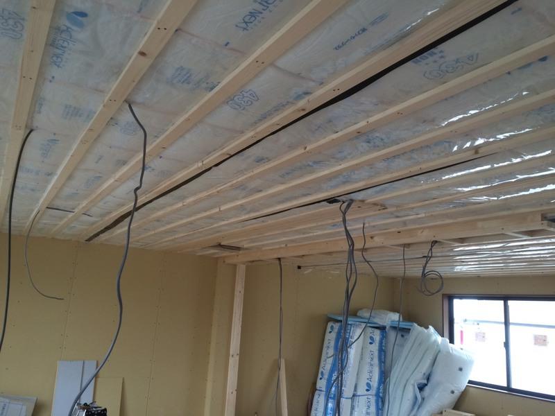 断熱材施工、天井の様子、気密と確保するために防湿シート張り