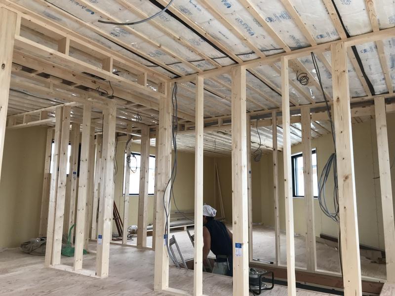 外部面の造作後は内部間仕切りの造作。同時に電気工事も施工