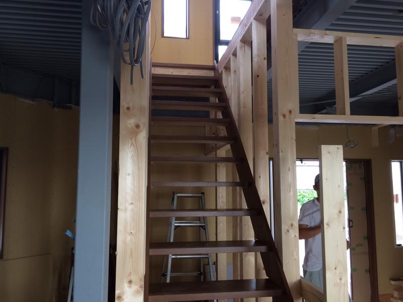 内部造作、階段の取付、上り下りが楽なように勾配を少なくしました