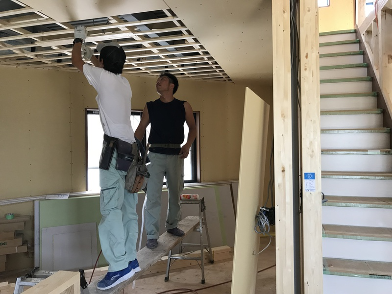 1階天井のプラスターボード張り施工中