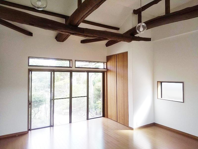 落ち着いた和モダンの部屋に改修、欄間付きの大きな窓からは心地いい風がいっぱい通ります
