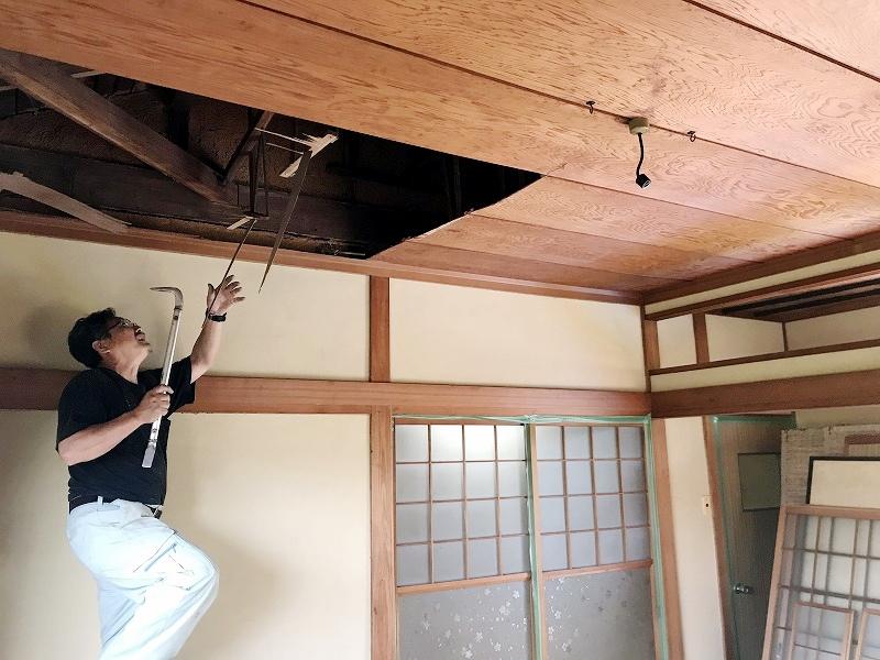 解体工事スタート、和室の天井板を撤去中