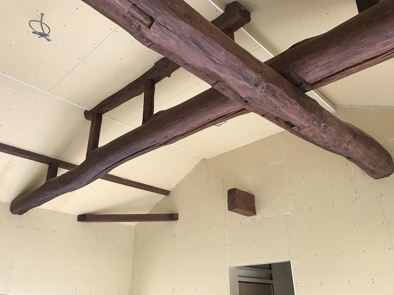 天井を高くして既設の梁を化粧で表しに、丸太はお施主さんが掃除して塗装しました