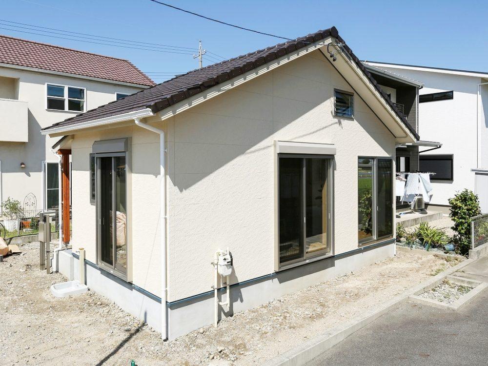 ロフトのある小さい平屋建の家
