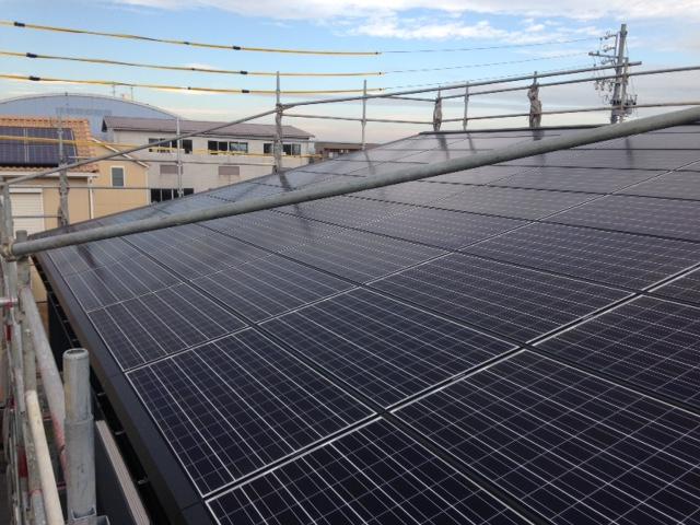 屋根全面の太陽光発電、発電費用でローン軽減可能屋根材兼用で違和感ありません