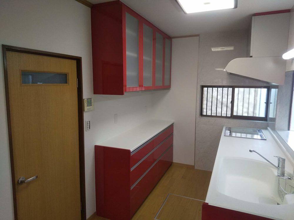 母屋のキッチンは二世帯使用で広々改修
